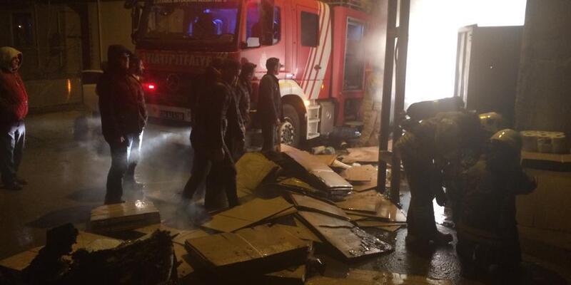 Ataşehir'de koli imalathanesinde yangın