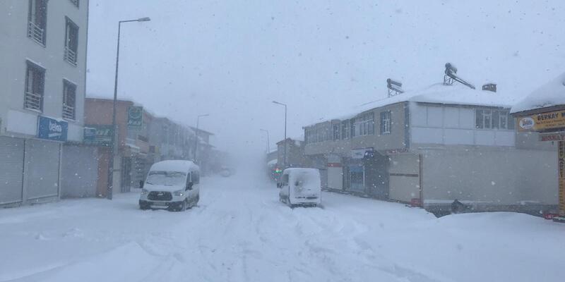 Kar yağışı hayatı durdurdu: İlçede sadece fırınlar açık