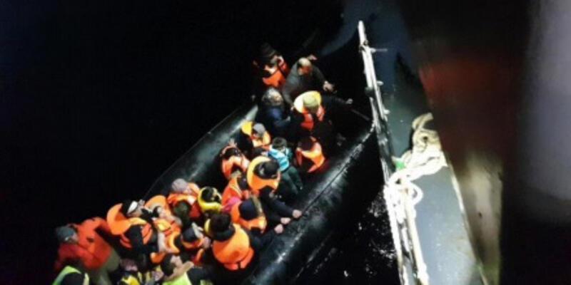 Gökçeada'da sürüklenen ve su alan lastik bot içinde 47 kaçak yakalandı