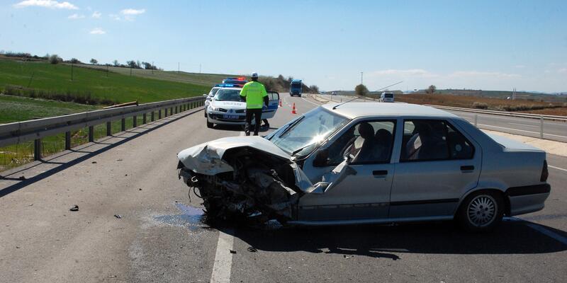 Feci kaza.. Lastiği patladı karşı yönden gelen araçla çarpıştı