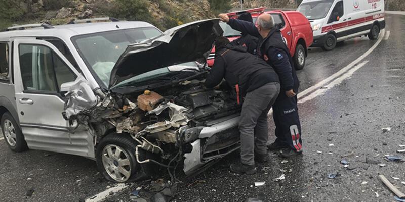 Antalya'da otomobille kamyonet çarpıştı: 5 yaralı