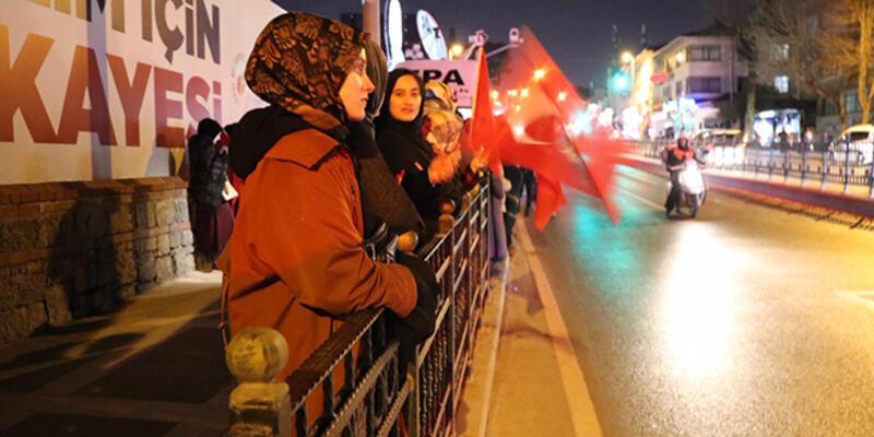 Vatandaşlar Cumhurbaşkanı Erdoğan'ın Kısıklı'daki evinin önünde toplanmaya başladı