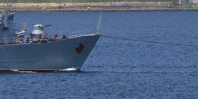 Boğaz'da savaş gemisi çekilerek götürüldü
