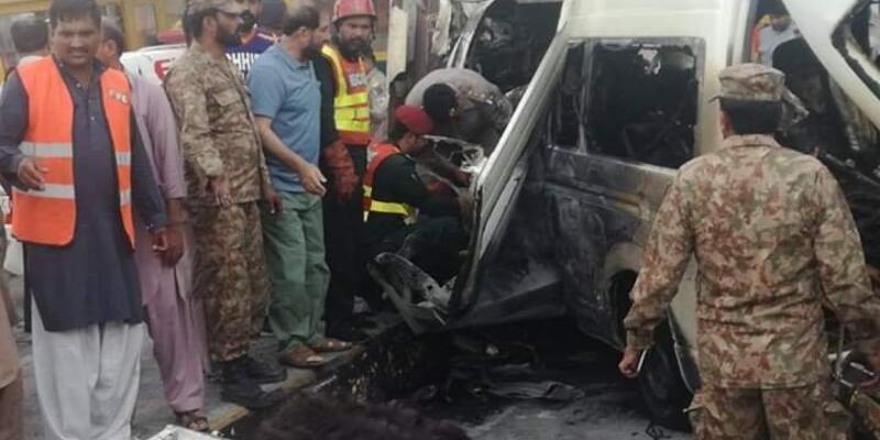 Pakistan'da duvara çarpan minibüs patladı: 12 ölü, 6 yaralı