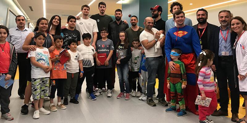 Basketbolculardan 'çocuk hastalara' anlamlı ziyaret