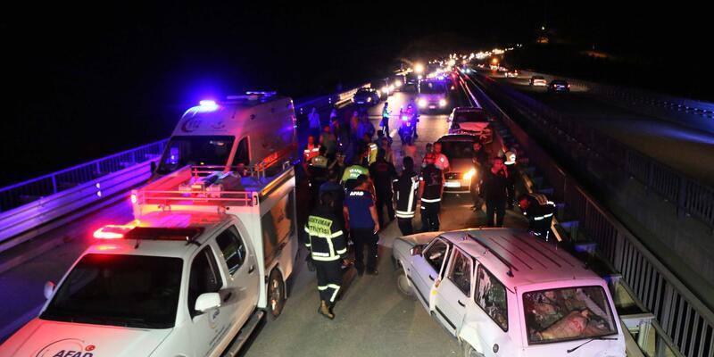 Adıyaman'da üç otomobil çarpıştı: 11 yaralı
