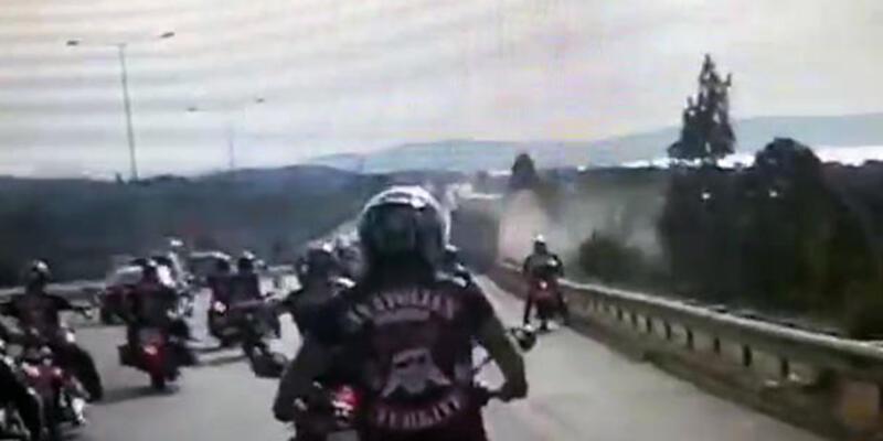 Motosiklet tutkunları cenaze yolunda büyük tehlike atlattı