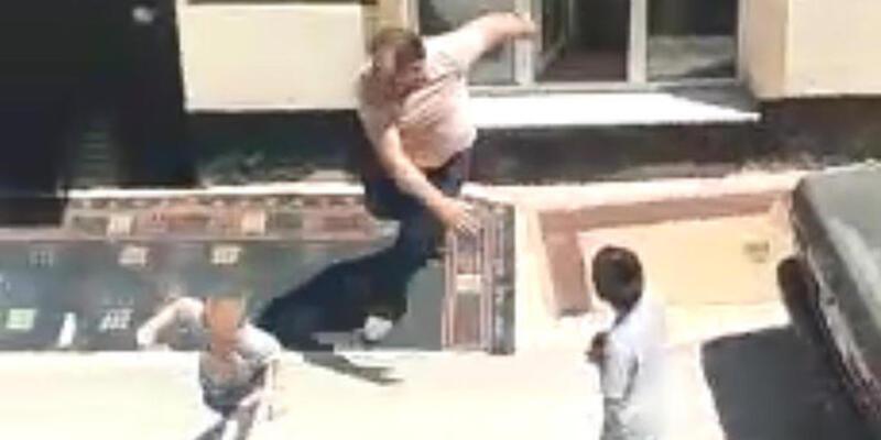 Sokak ortasında baba şiddeti... 2 oğlunu tekme tokat dövdü