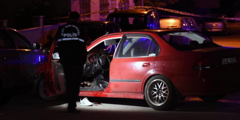 Otomobilde başından vurulan kişi, 100 metre ilerideki araçlara çarparak durdu