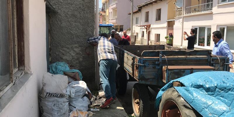 """Bursa'da """"çöp ev""""den 8 römork atık çıktı"""
