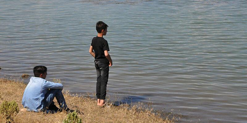 Suriyeli çocuk, serinlemek için girdiği gölette boğuldu