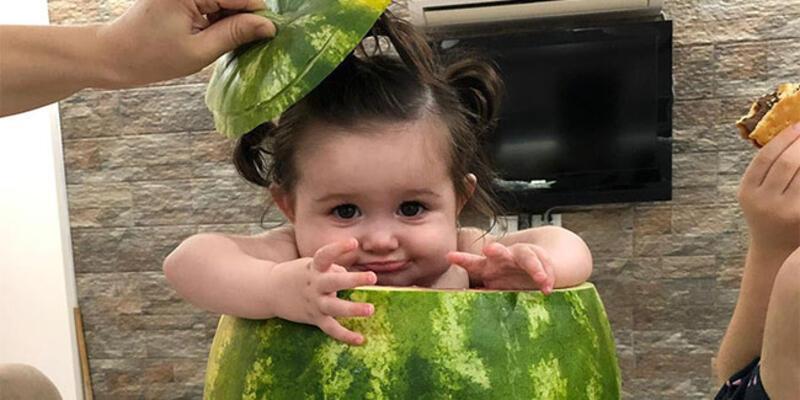 7 aylık bebeğini, içini oyduğu karpuzda serinletti