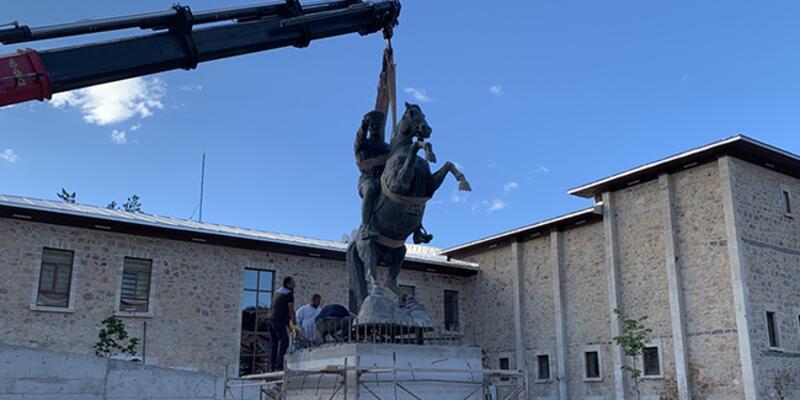 Bayburt'ta Atatürk heykeli eski yerine konuldu