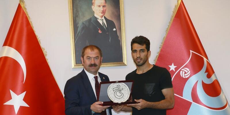 Trabzonspor'dan Vahid Amiri'ye teşekkür plaketi