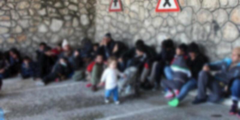 Zeytinburnu'nda kamyondan 35 kaçak göçmen çıktı