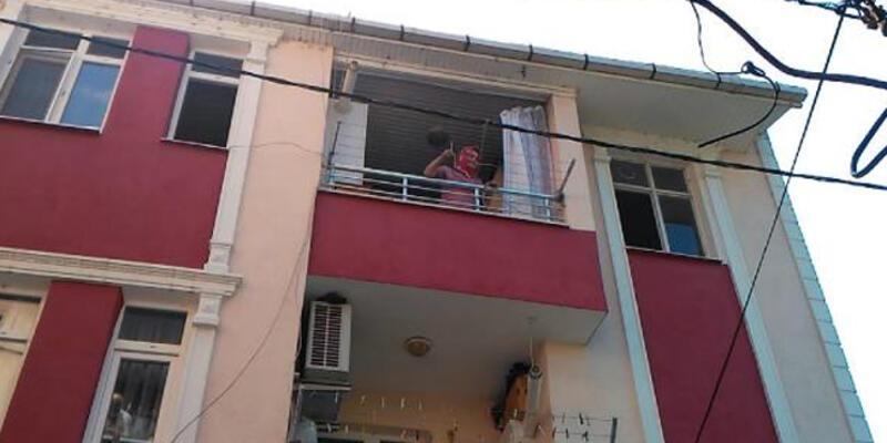 Sinir krizi geçiren kadın evini ateşe verip, eşyalarını balkondan attı