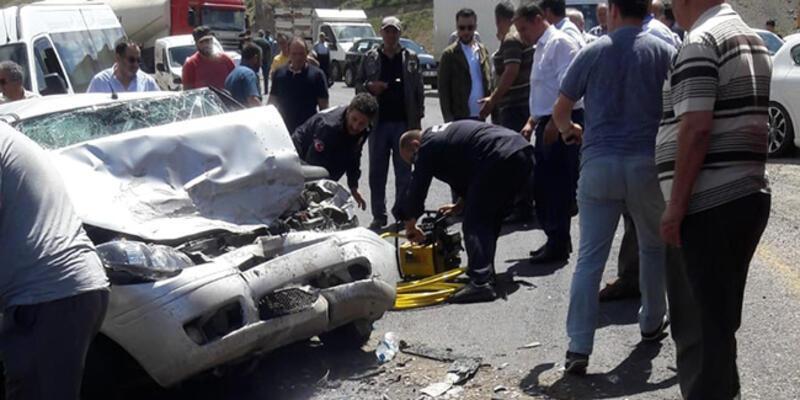 Otomobil iş makinasıyla çarpıştı: 1 ölü, 3 yaralı