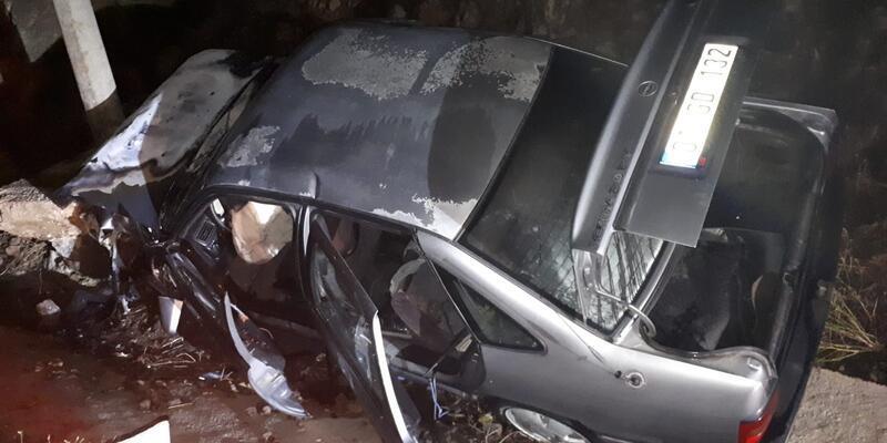 Facia önlendi! Kaza yapan araçtan dumanlar yükselince hemen müdahale ettiler