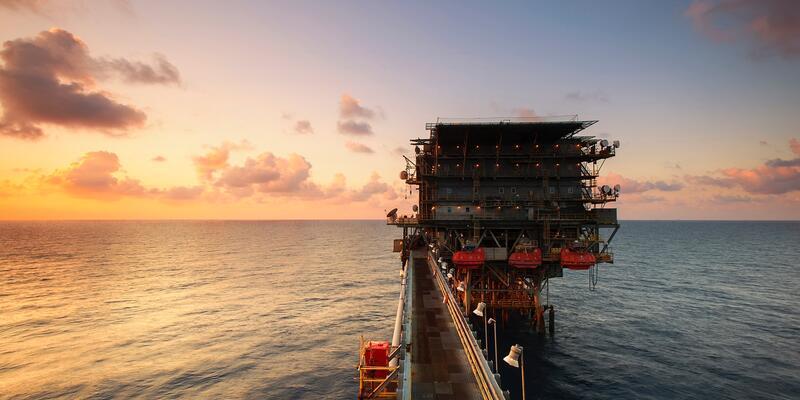 Petrol fiyatları üretim kısıntısı beklentileriyle altı haftanın zirvesinde