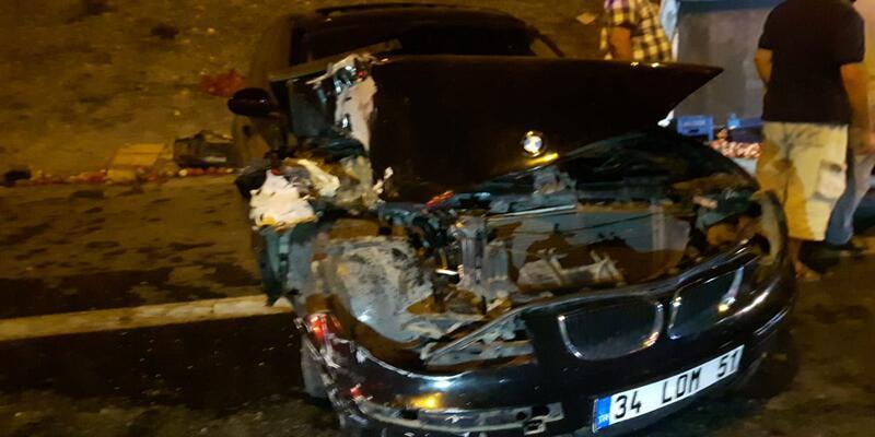Kontrolden çıkan otomobilin çarptığı sebze yüklü kamyonet devrildi, 2 yaralı