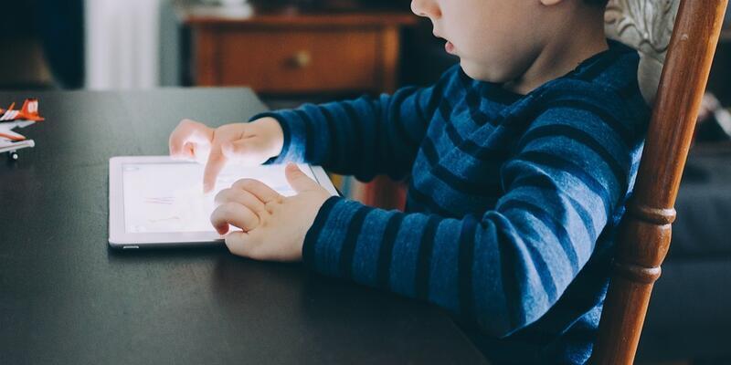 Çocuklarda dijital ekranlarda geçen süre günde 4 saati aşmamalı