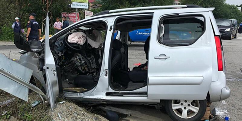 Hafif ticari araç trafik levhasına çarptı: 3 ölü, 1 yaralı