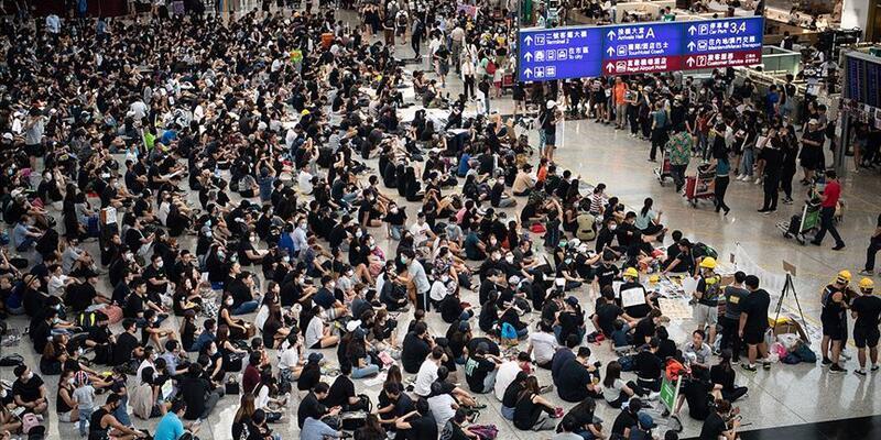 Hong Kong'da protestocular ile polis arasında çatışma