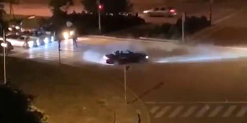 Kavşakta 'drift' yapan iki sürücü kamerada