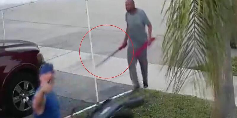 Çöpten çıkan el arabasını almak için kılıçla saldırdı