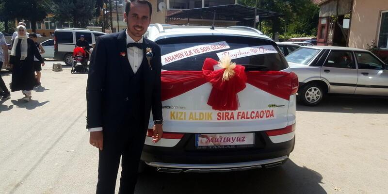 Galatasaraylı damat, gelin arabasına 'Kızı aldık sıra Falcao'da' yazdı