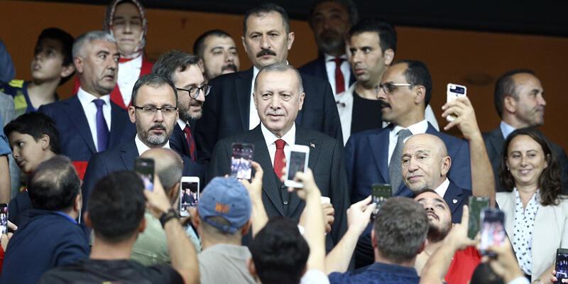 Cumhurbaşkanı Erdoğan millileri yalnız bırakmadı