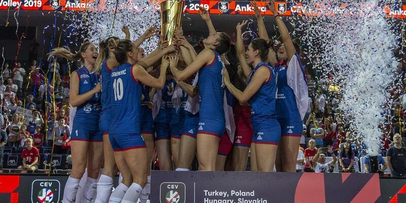 Avrupa Şampiyonu olan Sırbistan kupasını aldı