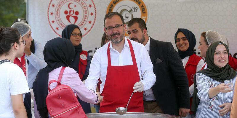 Bakan Kasapoğlu aşure dağıttı