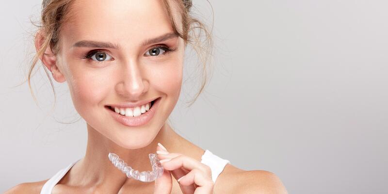Çarpık dişlere şeffaf çözüm