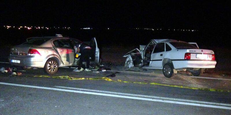 Otomobiller kafa kafaya çarpıştı: Ölü ve yaralılar var