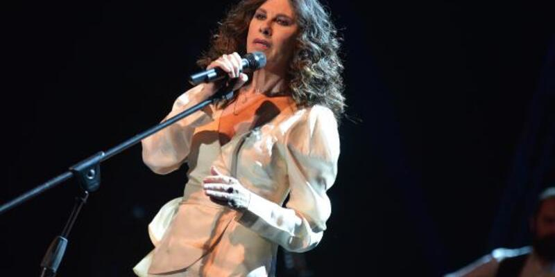 Yunan şarkıcının Çeşme'deki konserinde dostluk rüzgarları esti