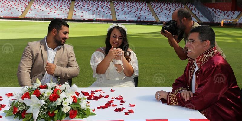 Gazeteci çiftin nikahı stadyumda kıyıldı