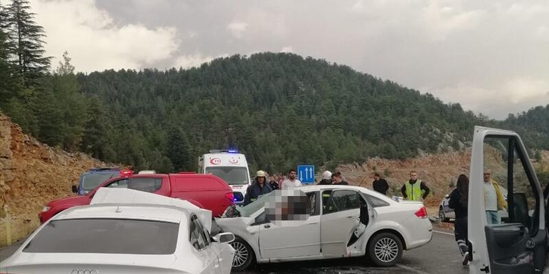 Antalya'da iki otomobil çarpıştı: 4 ölü, 2 yaralı