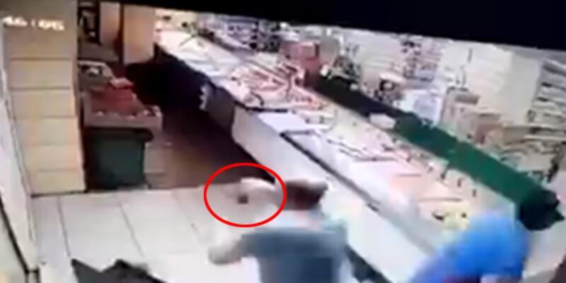 Depremden elinde çayla kaçan vatandaş, sosyal medyada gündem oldu
