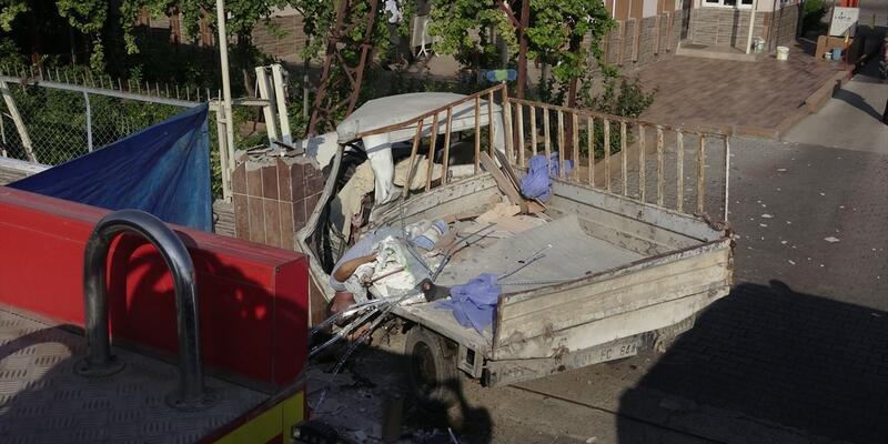 Adana'da kamyonet duvara çarptı