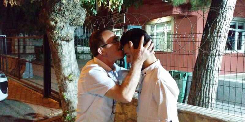 Cüzdanını bulup getiren Suriyeli genci alnından öptü