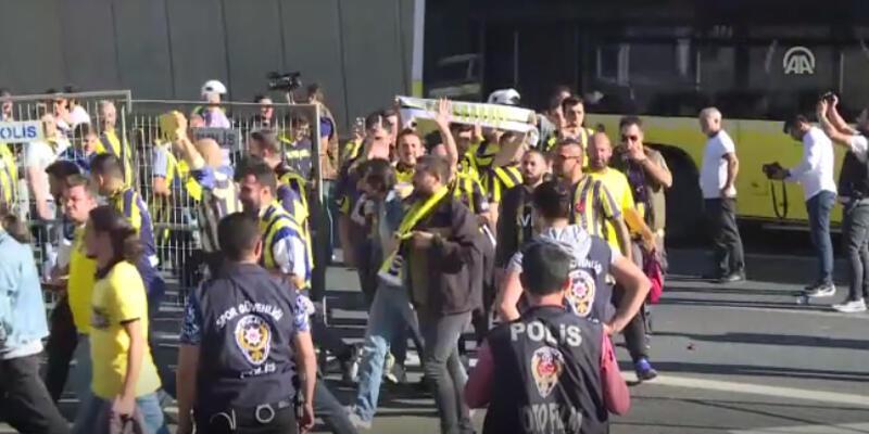 Fenerbahçeli taraftarlar Türk Telekom Stadı'na geldi