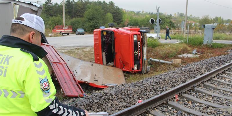 Kütahya'da yük treni kamyonete çarptı: 2 yaralı