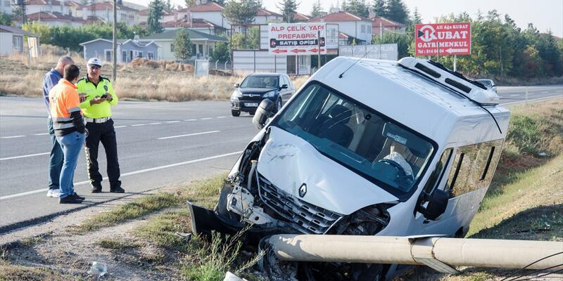 Ankara'da servis minibüsü devrildi: 15 yaralı