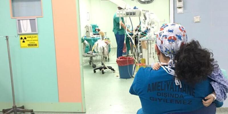 Ameliyatına doktoruna sarılarak girdi