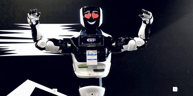 Veysi derbi izleyen ilk robot oldu