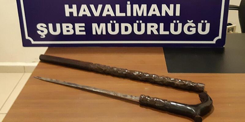 Havalimanına gelen otomobilde baston görünümlü kılıç ele geçirildi