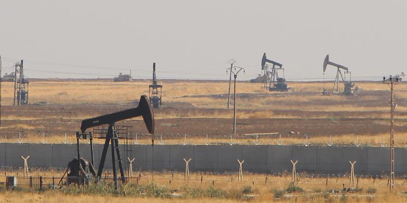 ABD askerlerinden petrol kuyuları çevresinde devriye