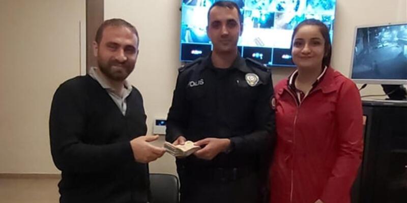 Lise öğrencisi yolda bulduğu parayı sahibine teslim etti