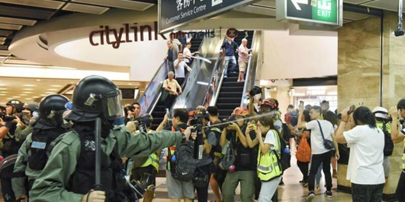 Hong Kong'da polisten alışveriş merkezlerine baskın